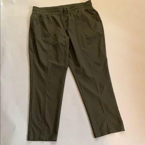 🌹St. John's Bay Light Weight Olive Capri Pants
